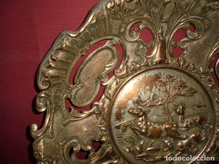 Antigüedades: magnificos antiguos platos barrocos en cobre calados y plateados, escenas de lobos cazando ciervos - Foto 5 - 214769237