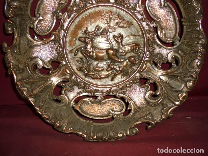 Antigüedades: magnificos antiguos platos barrocos en cobre calados y plateados, escenas de lobos cazando ciervos - Foto 6 - 214769237