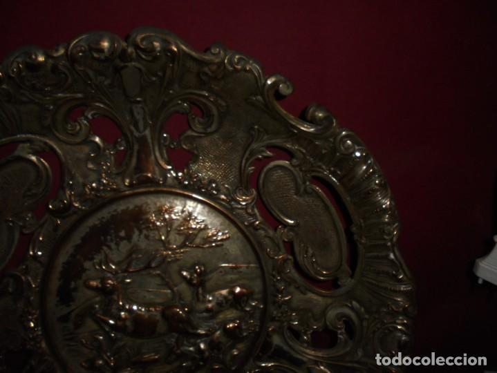 Antigüedades: magnificos antiguos platos barrocos en cobre calados y plateados, escenas de lobos cazando ciervos - Foto 7 - 214769237