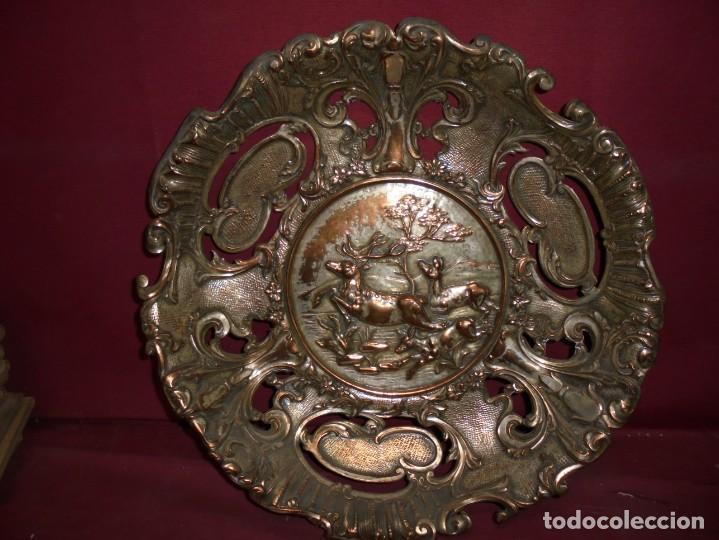Antigüedades: magnificos antiguos platos barrocos en cobre calados y plateados, escenas de lobos cazando ciervos - Foto 8 - 214769237
