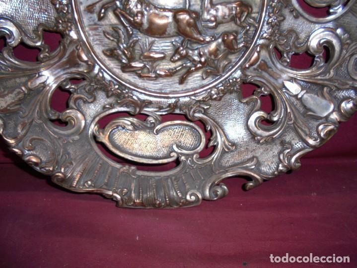 Antigüedades: magnificos antiguos platos barrocos en cobre calados y plateados, escenas de lobos cazando ciervos - Foto 10 - 214769237