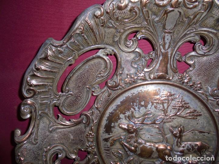 Antigüedades: magnificos antiguos platos barrocos en cobre calados y plateados, escenas de lobos cazando ciervos - Foto 12 - 214769237