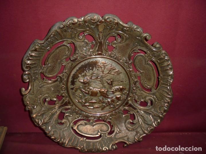 Antigüedades: magnificos antiguos platos barrocos en cobre calados y plateados, escenas de lobos cazando ciervos - Foto 13 - 214769237