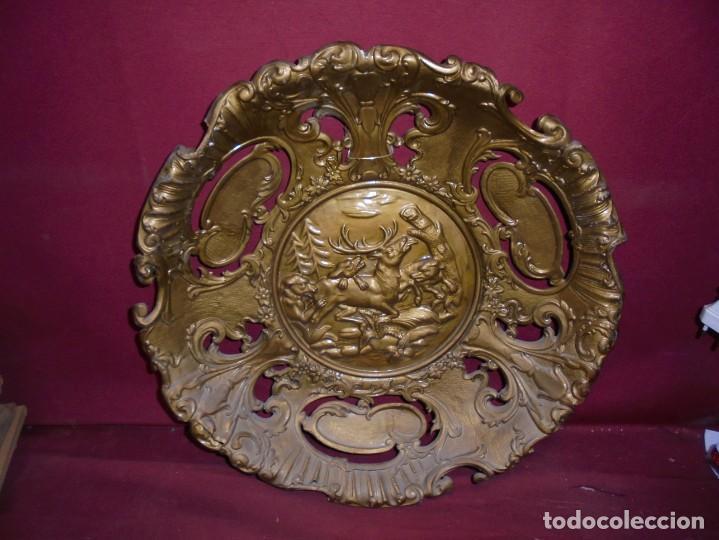 Antigüedades: magnificos antiguos platos barrocos en cobre calados y plateados, escenas de lobos cazando ciervos - Foto 14 - 214769237