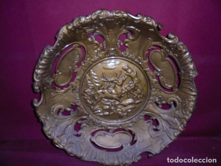 Antigüedades: magnificos antiguos platos barrocos en cobre calados y plateados, escenas de lobos cazando ciervos - Foto 16 - 214769237