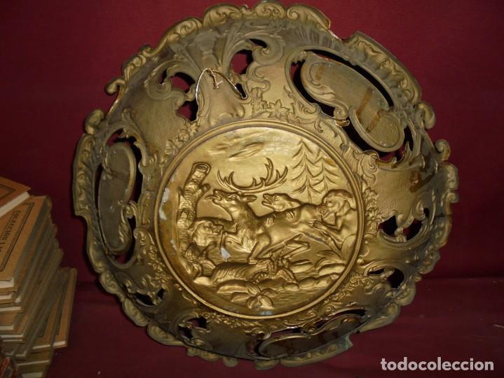 Antigüedades: magnificos antiguos platos barrocos en cobre calados y plateados, escenas de lobos cazando ciervos - Foto 19 - 214769237
