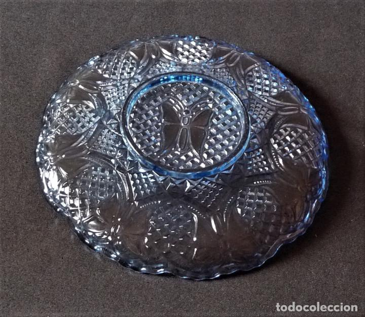 Antigüedades: Plato de vidrio prensado color azul de la antigua fabrica de Cartagena. - Foto 5 - 214809102