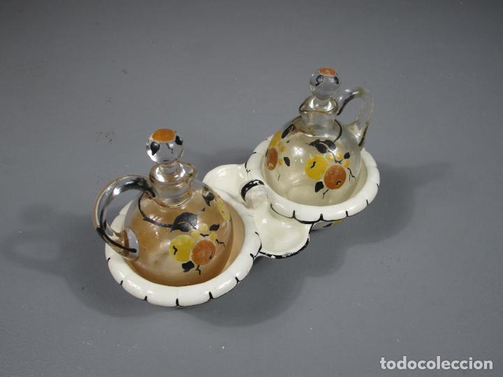 Antigüedades: Aceiteras, Vinagreras con 2 Tapones - Cristal catalán - Pintado a Mano - Cerámica Policromada - Foto 2 - 214926520