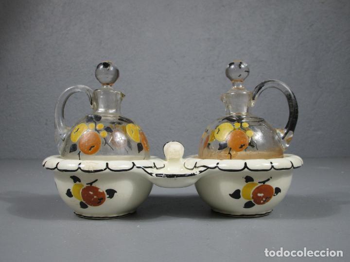 Antigüedades: Aceiteras, Vinagreras con 2 Tapones - Cristal catalán - Pintado a Mano - Cerámica Policromada - Foto 18 - 214926520