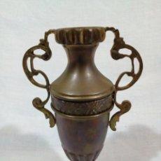 Antigüedades: BONITO ANTIGUO JARRON DE LATON O BRONCE. Lote 214937551