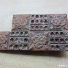 Antigüedades: ENGANCHE DE HEBILLA DE BRONCE CON ROSAS Y PEDRERÍA POSIBLE S XIX. Lote 215019033