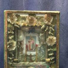 Antigüedades: RELICARIO ALTARCILLO DIORAMA OFRENDAS ALTAR VIRGEN DEL CARMEN CON NIÑO DEVOCION FLORES COLGAR 28X23C. Lote 215036702