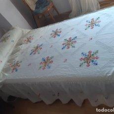 Antigüedades: ANTIGUA COLCHA BORDADA A MANO DE LAGARTERANA PARA CAMA DE 90. CON CUBREALMOHADA.. Lote 215111705