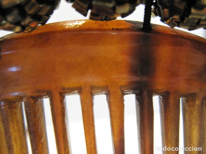 Antigüedades: ANTIGUA PEINETA. CAREY? DECORADA CON ESFERAS DE PEQUEÑAS PIEZAS METÁLICAS MACIZAS 10 X 13 CM. - Foto 4 - 215177547