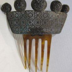 Antigüedades: ANTIGUA PEINETA. CAREY? METAL CALADO Y CORONADA POR ESFERAS METÁLICAS. PEINE ARTICULADO 11 X 10 CM.. Lote 215177902
