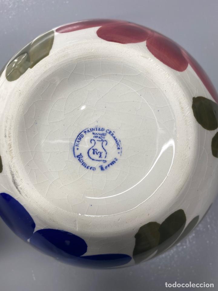 Antigüedades: Juego de vajilla floral de cerámica pintada a mano. Cerámica de Manises. Con sello - Foto 3 - 215187402