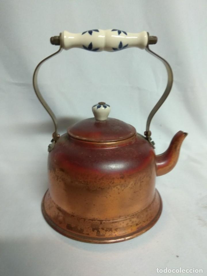 Antigüedades: Tetera/cafetera fabricada en cobre con tirador y asa de cerámica. - Foto 3 - 215264782