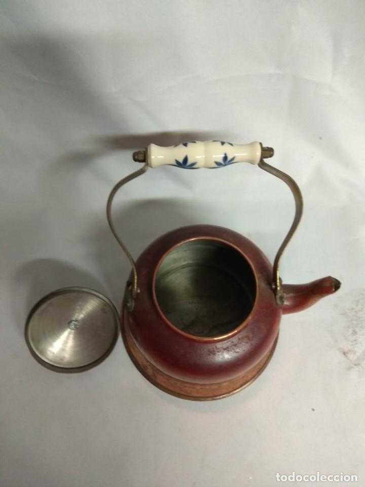 Antigüedades: Tetera/cafetera fabricada en cobre con tirador y asa de cerámica. - Foto 7 - 215264782