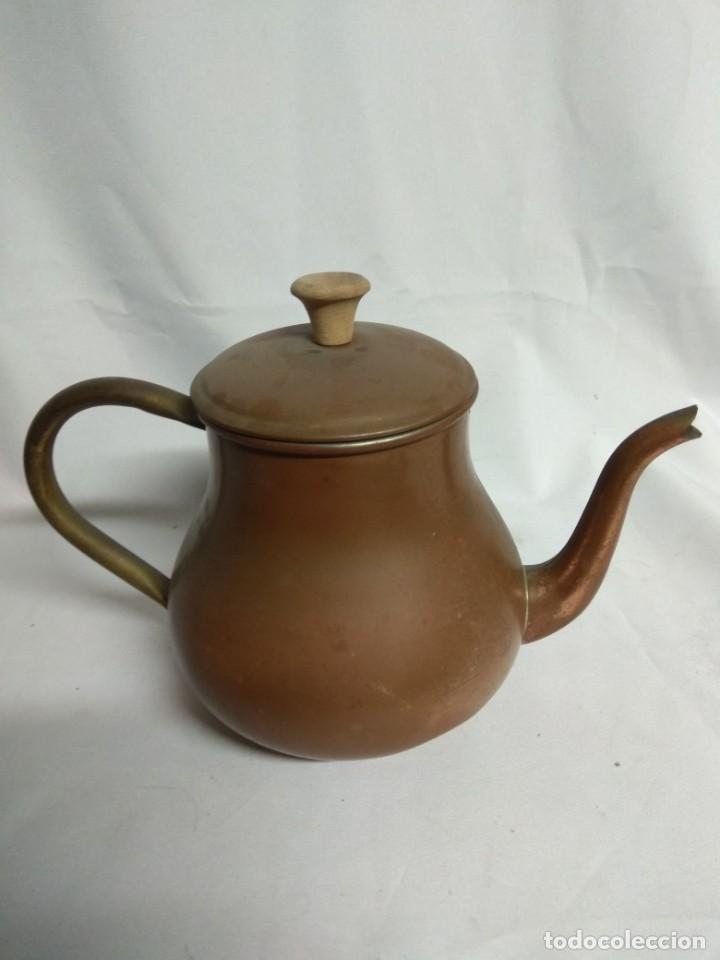 Antigüedades: Antigua tetera/cafetera fabricada en cobre con mango de madera. J. Santos, LDA. Made in Portugal. - Foto 3 - 215265331
