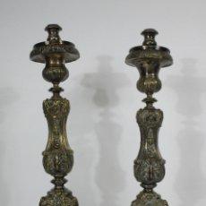 Antigüedades: PRECIOSA PAREJA DE CANDELABROS - BRONCE PLATEADO - PIEZAS DE ORFEBRERÍA - S. XVIII. Lote 215268307
