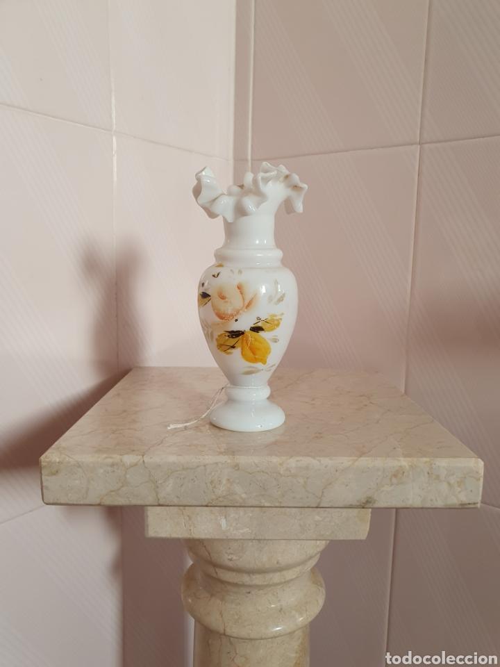 PRECIOSO Y ANTIGUO JARRON DE OPALINA CON BORDE RIZADO (Antigüedades - Porcelanas y Cerámicas - Otras)