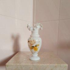 Antigüedades: PRECIOSO Y ANTIGUO JARRON DE OPALINA CON BORDE RIZADO. Lote 114941250