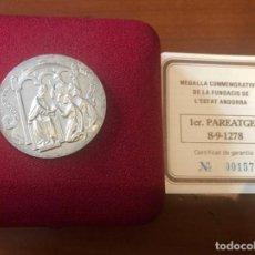 Antigüedades: MEDALLA COMMEMORATIVA DE LA FUNDACIÓN DEL ESTADO ANDORRANO EN PLATA DE LEY. Lote 215287568