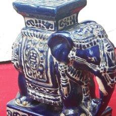 Antigüedades: ELEFANTE ANTIGUO DE PORCELANA EN RELIEVE... Lote 215300050