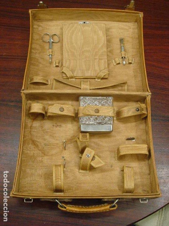 Antigüedades: ANTIGUO MALETIN NECESER EN PIEL PARA VIAJE. DISTRIBUCION INTERIOR PARA UTENSILIOS. C1950 - Foto 5 - 215326458