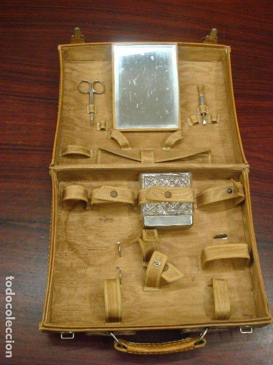Antigüedades: ANTIGUO MALETIN NECESER EN PIEL PARA VIAJE. DISTRIBUCION INTERIOR PARA UTENSILIOS. C1950 - Foto 6 - 215326458