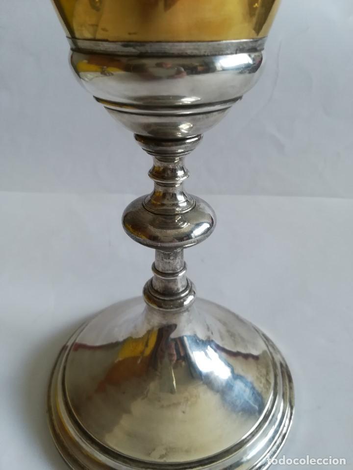 Antigüedades: Caliz Siglo XX en metal plateado , labrado y cincelado , Alt. 23 cms. - Foto 2 - 215358176
