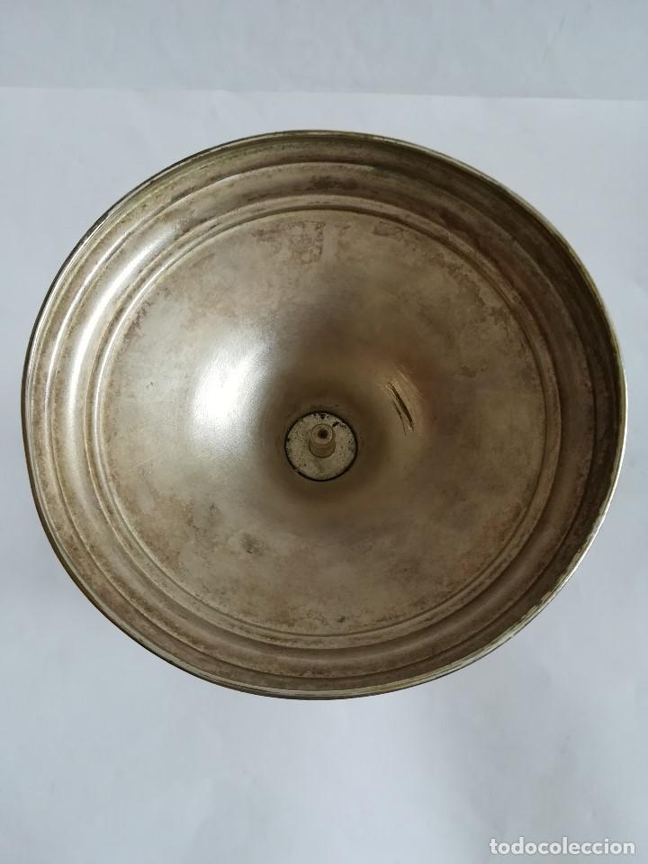 Antigüedades: Caliz Siglo XX en metal plateado , labrado y cincelado , Alt. 23 cms. - Foto 3 - 215358176