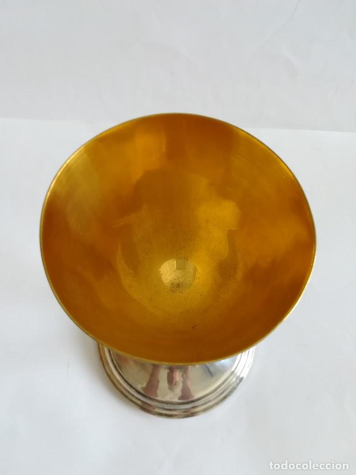 Antigüedades: Caliz Siglo XX en metal plateado , labrado y cincelado , Alt. 23 cms. - Foto 4 - 215358176