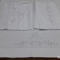 Antigüedades: ANTIGUA SABANA Y SU ALMOHADA CON BORDADOS, PARA CAMA DE 135 CM. BUEN ESTADO. Lote 215366672