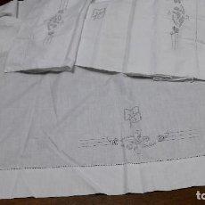 Antigüedades: ANTIGUA SABANA Y SU ALMOHADA CON BORDADOS, PARA CAMA DE 135 CM. BUEN ESTADO. Lote 215367271