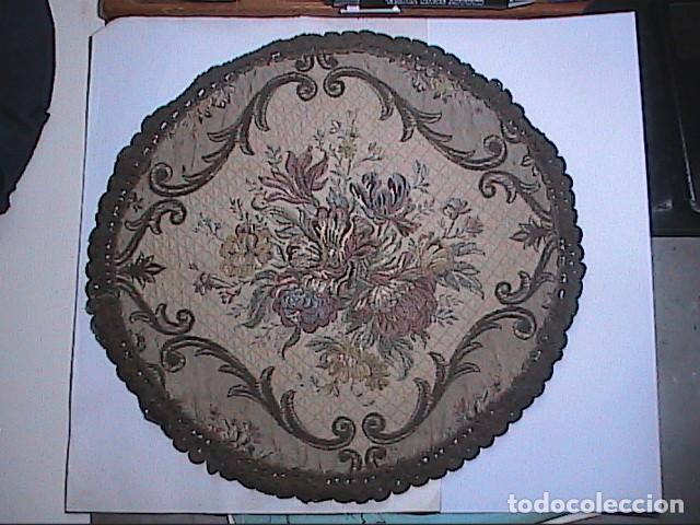 EXCELENTE ANTIGUO TAPETE -MANTEL BORDADO CON PASAMANERÍA METÁLICA. FINALES DEL S.XIX. 30 X 28 CM. (Antigüedades - Hogar y Decoración - Manteles Antiguos)