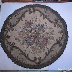 Antigüedades: EXCELENTE ANTIGUO TAPETE -MANTEL BORDADO CON PASAMANERÍA METÁLICA. FINALES DEL S.XIX. 30 X 28 CM.. Lote 215384243
