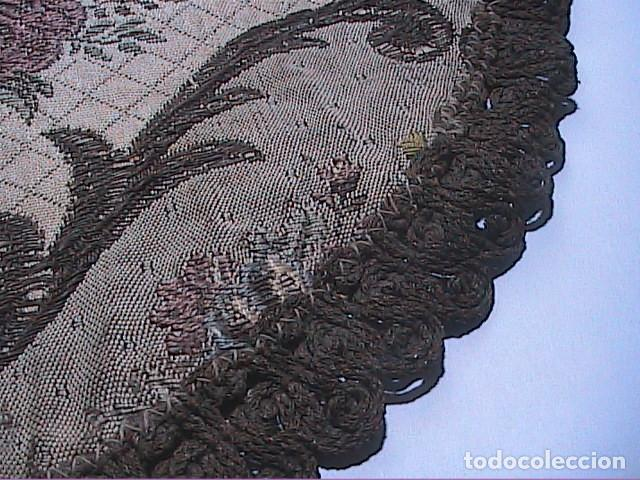 Antigüedades: EXCELENTE ANTIGUO TAPETE -MANTEL BORDADO CON PASAMANERÍA METÁLICA. FINALES DEL S.XIX. 30 X 28 CM. - Foto 3 - 215384243