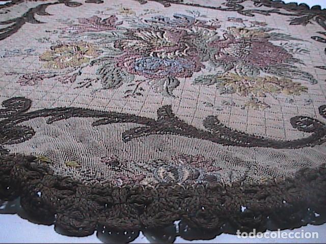 Antigüedades: EXCELENTE ANTIGUO TAPETE -MANTEL BORDADO CON PASAMANERÍA METÁLICA. FINALES DEL S.XIX. 30 X 28 CM. - Foto 4 - 215384243