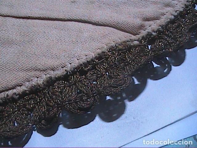 Antigüedades: EXCELENTE ANTIGUO TAPETE -MANTEL BORDADO CON PASAMANERÍA METÁLICA. FINALES DEL S.XIX. 30 X 28 CM. - Foto 5 - 215384243