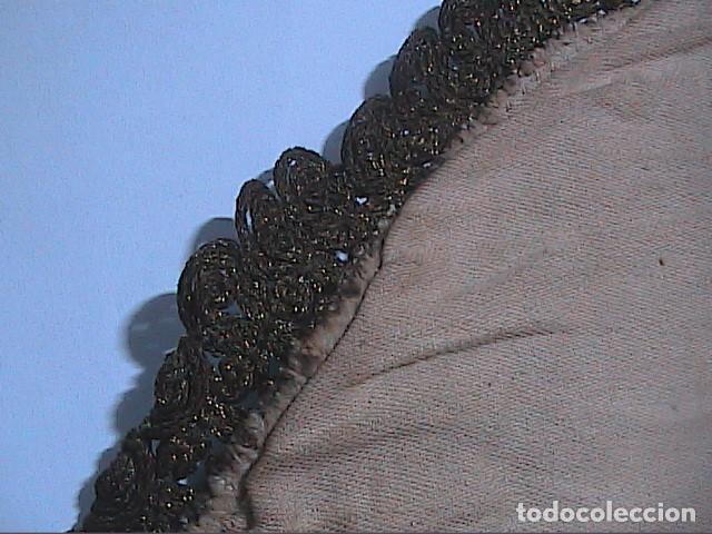 Antigüedades: EXCELENTE ANTIGUO TAPETE -MANTEL BORDADO CON PASAMANERÍA METÁLICA. FINALES DEL S.XIX. 30 X 28 CM. - Foto 7 - 215384243