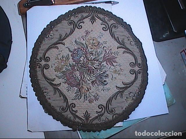 Antigüedades: EXCELENTE ANTIGUO TAPETE -MANTEL BORDADO CON PASAMANERÍA METÁLICA. FINALES DEL S.XIX. 30 X 28 CM. - Foto 8 - 215384243