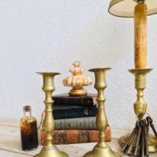 Antigüedades: CANDELABROS ANTIGUOS DE LATÓN PORTAVELAS CLÁSICOS AÑOS 50 PALMATORIA PARA VELAS. Lote 215398933
