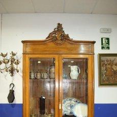 Antigüedades: VITRINA ANTIGUA TALLADA DE DOS PUERTAS. Lote 215452002