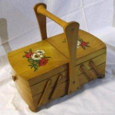 Antiguidades: COSTURERO DE MADERA REPLETO DE BOBINAS DE HILO, DECORACIÓN FLORES. Lote 215454383