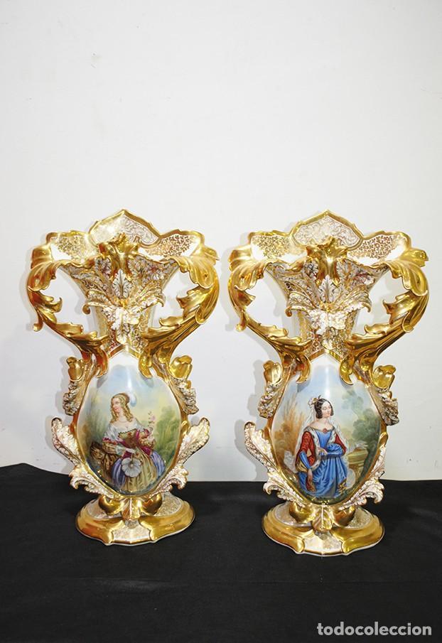 GRAN PAREJA DE JARRONES ANTIGUOS VIOLETEROS DE PORCELANA (Antigüedades - Hogar y Decoración - Floreros Antiguos)