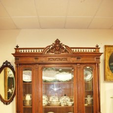 Antigüedades: VITRINA ANTIGUA EXPOSITORA DE MADERA TALLADA ESTILO ALFONSINA. Lote 215466686