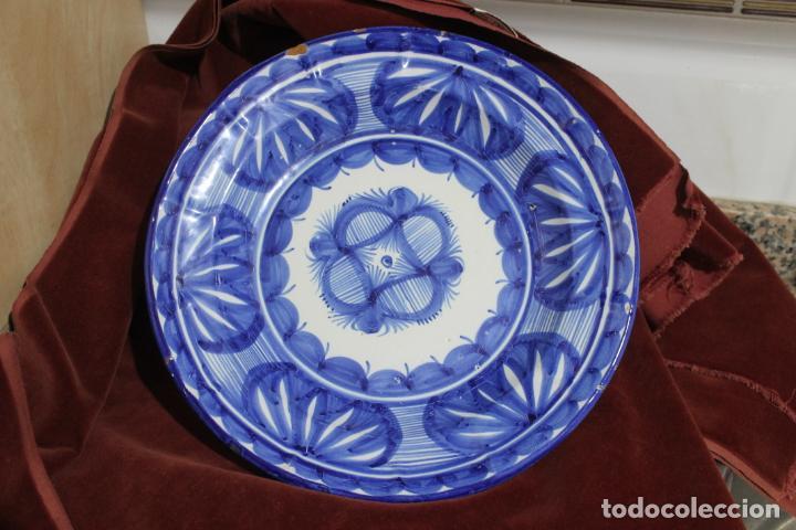 FUENTE MANISES ANTIGUA, DECORACION AZUL, FIRMADA VDO (Antigüedades - Porcelanas y Cerámicas - Manises)