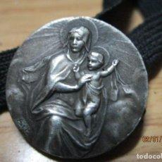 Antigüedades: SIGLO XIX ANTIGUO PASADOR O MEDALLA CINTASUJETA LIBROS DE PLATA VIRGEN Y NIÑO JESUS FIRMADA. Lote 215518612