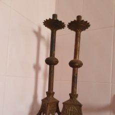 Antigüedades: PAREJA DE CANDELABROS DE IGLESIA REALIZADOS EN BRONCE S.XIX-XX. Lote 98188210